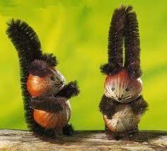 Hazelnut and squirrel squirrels Eichhörnchen aus Haselnuss … Autumn Crafts, Nature Crafts, Holiday Crafts, Christmas Crafts, Acorn Crafts, Pine Cone Crafts, Diy For Kids, Crafts For Kids, Arts And Crafts