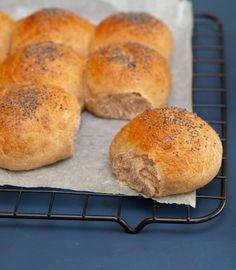 Grovt brytebrød - pinterest Piece Of Bread, Recipe Boards, Hamburger, Bakery, Recipes, Drinks, Drinking, Beverages