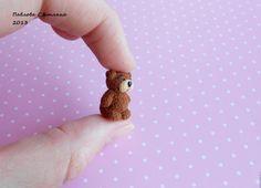 Для мишки нам понадобится полимерная глина трех цветов: коричневая, бежевая и черная, я взяла фимо и черный цернит. Стекло, на котором будем запекать (я использую из-под рамки для фото, не ломалось никогда, температуру выдерживает прекрасно). И инструменты – шило, макетный нож и такая палочка с шариками на концах, к сожалению, вылетело из головы называние, подскажите, кто знает.