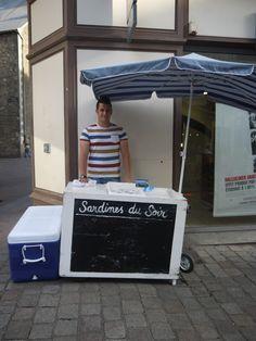 La sardine du soir rue du calvaire (à côté d'André) et rue de la Marne: Les horaires : De 16 heures à 19 heures du lundi au vendredi de début avril jusqu'au 14 juillet puis du mardi au vendredi après le 14 juillet jusqu'à fin septembre. Le tarif : 4 euros la douzaine de sardines