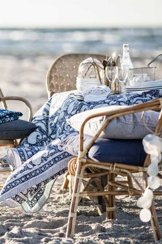 Inspirations : Une touche de bleu pour un décor d'été Coastal Living, Coastal Style, Coastal Homes, Coastal Decor, Nautical Style, Costa, Patios, Cottages By The Sea, Beach Cottages