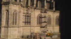 Après de longs mois et de longues d'années d'attente, nous sommes très heureux de vous annoncer que les travaux de restauration ont commencé à Sainte-Anne d'Auray ! Tout d'abord, dès la mi-octobre, la basilique s'est couverte d'échafaudages, les maîtres verriers sont à l'oeuvre et restaurent les vitraux de la nef. Un travail de «haut vol» …