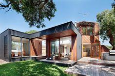 The Ark par Bower Architecture - Point Lonsdale, Australie. Dernière évolution d'une maison bois contemporaine trois fois rénovée en 60 ans