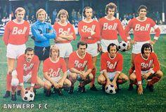 1974-1975   Staand: Bob Geens, Jean Trappeniers, Jos Velser, Jos Heyligen, Alfred Riedl en Louis Pilot. Gehurkt: Karl Kodat, Fleming Lund, Jim De Schrijver, Paul Houben en Xavier Caers.