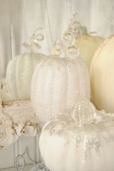 French style pumpkin decoration, for your more subtle and stylish halloween. Glitter on creme and white. Looks adorable! Theres a how-to guide on the site, if you want to try it out this year. White Pumpkins, Fall Pumpkins, Halloween Pumpkins, Halloween Crafts, Painted Pumpkins, Glitter Pumpkins, Glass Pumpkins, Chic Halloween, Plastic Pumpkins