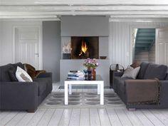 cheminée décorée en gris clair dans la salon aménagé avec deux canapés gris graphite