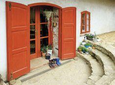 Rozdílnou výšku podlahy domu a zahrady vyrovnává u nových dveří vnitřní a venkovní půlkruhové schodiště