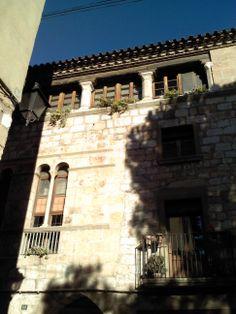 Façana al Carrer Major  #facade #travel #tarragona #catalunya cataluña #catalonia #spain españa #montblanc #montblanch @montblancmedieval #montblancmedieval #Tarragona #Montblanc #Catalunya #Cataluña #Catalonia #Catalogne #turisme #tourisme #turismo #tourism #trip #travel #viatjar #viatge #viajar #viaje #urban #urbano #urbà #arquitectura #architecture #street_photography #RTW #TravelAddict #vacances #vacaciones #holidays #slowlife