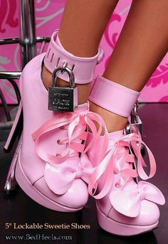 Lockable high heel shoes by Spikesbig design