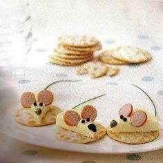 Aw, een muisje op je cracker! Deze zijn gemaakt van jonge kaas, worst en bieslook als staartje. Voor echte muisjesliefhebbers!