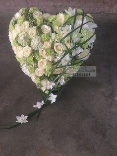 Herz mit Ständer in creme- weiß Tönen und Eucharis Blüten/ Bleuel Antweiler