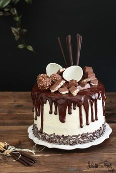 Drip cake tutorial italiano e video ricetta - Ganache Drip cake al cioccolato Drip Cakes, Easy Desserts, Delicious Desserts, Drip Cake Tutorial, Bolo Fack, Hazelnut Cake, Ganache Cake, Novelty Birthday Cakes, Mud Cake