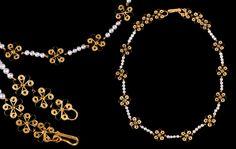 Gioielli di Sardegna - Collana realizzata in oro con temi floreali in filigrana, il tutto alleggerito da una ritmicità di perle scaramazze.