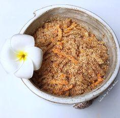 Farofa Nutritiva Ingredientes: 4 col de sopa de manteiga ghee ou óleo de coco (esse deixa mais sabor); 3 dentes de alho amassados; 2 cebolas em rodelas finas; 1/2 col. de sopa de sal; 3/4 xic farinha de coco; 1/3 xic farinha de mandioca; 1 cenoura ralada  Doure o alho e a cebola na manteiga ghee. Adicione o sal para a água da cebola sair mais rápido. Deixe dourando até diminuir bem, ficar bem macia. Adicione as farinha e vá mexendo. Por fim, a cenoura ralada. Prontinho! #Repost @lactosenao
