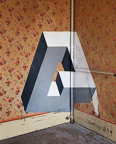 Diese Bilder sind richtig cool, oder? Es sieht aus, als würden seltsame, ganz unmögliche geometrische Formen in irgendwelchen verlassenen Räumen rumschweben. Sehr mysteriös. Tatsächlich sind die aber alle gemalt. Und zwar auf die Wände und den Boden und wa