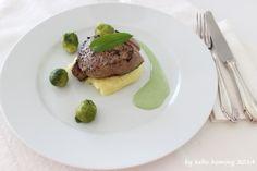 Rinderhuftsteak an Kartoffelpastinakenpürée mit glasiertem Rosenkohl und Bärlauchcreme