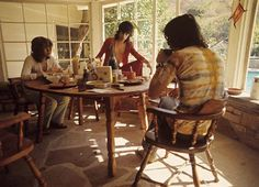 mick taylor keith richards mick jagger rolling stones eating breakfast long ago bet they have a fancier breakfast nook now! Mick Jagger Rolling Stones, Los Rolling Stones, Keith Richards, Sofia Coppola, Rock N Roll, Stephen Stills, John Mayall, Peter Tork, Charlie Watts