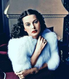 """wehadfacesthen: """"Hedy Lamarr, the year Louis B. Mayer brought her to Hollywood, photo by Alfred Eisenstaedt """" Pelo Vintage, Love Vintage, Vintage Fur, Vintage Glamour, Vintage Beauty, Old Hollywood Glamour, Vintage Hollywood, Hollywood Stars, Classic Hollywood"""