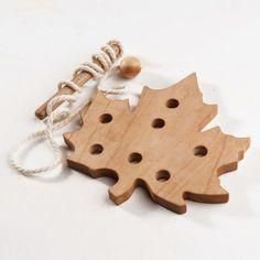 """Das Schnürung-Spielzeug aus Holz """"Das Ahornblatt"""" hilft Ihren Kindern die Feinmotorik, die Hand-Auge-Koordination, die Sehkraft, die Geduld und die Aufmerksamkeit zu entwickeln. Wir verbrauchen..."""