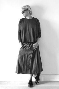 Pull en cachemire gris: Apuntob, jupe à plis en chevrons gris: Vdj