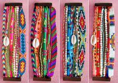 Olha que coisa mais brazuca essas pulseiras multicoloridas, recheadas de miçangas e búzios