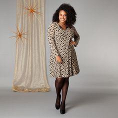 De deelnaden in deze gevoerde jurk met fantasieprint zorgen voor een perfecte pasvorm. De jurk heeft aan de ronde hals een uitsparing met koordjes om ...