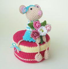 Haakmuts: Wall of fame Crochet Box, Crochet Mouse, Love Crochet, Crochet Gifts, Crochet Dolls, Knit Crochet, Amigurumi Doll, Amigurumi Patterns, Crochet Patterns
