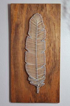 Hecho a mano cadena de plumas y uñas de arte, en una pieza rústica de madera barnizada, reciclada. Equipado con un resistente gancho en la parte posterior, para montaje en pared fácil. Mide 20,5 x 10x1.