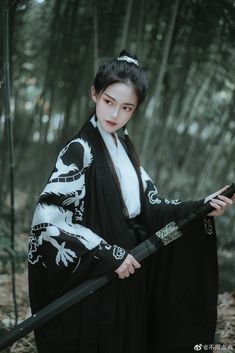 Liu Yifie is commonly known as crystal liu is famous Chinese celebritie. Female Samurai, Samurai Art, Hanfu, Traditional Fashion, Traditional Outfits, Katana Girl, Pose Reference Photo, Fantasy Photography, Vintage Clothing