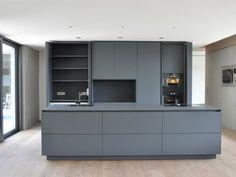 Puristic Kitchen in Gray - Kitchens - References - La Cucina é Casa Grey Kitchen Designs, Kitchen Room Design, Modern Kitchen Design, Interior Design Kitchen, Kitchen Decor, Grey Kitchens, Home Kitchens, Kitchen Living, New Kitchen