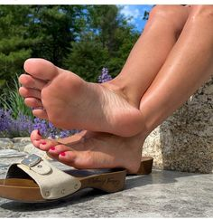 Beautiful Toes, Pretty Toes, Feet Soles, Women's Feet, Dr Scholls Sandals, Girl Soles, Foot Pics, Wooden Sandals, Barefoot Girls