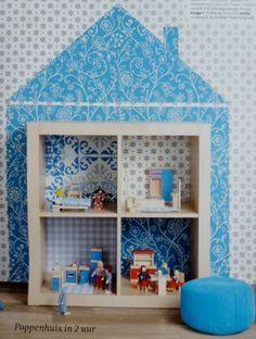 Hecha con una estantería EXPEDIT de Ikea y papel pintado de distintos patrones • Cute DIY dollhouse idea. Seen in 101 Woonideen 08 2011