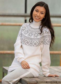 Frost genser fra Viking 1823-3 hvit – Strikkeoppskrifter Vikings, Turtle Neck, Pullover, Sweaters, Fashion, Threading, The Vikings, Moda, Fashion Styles