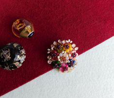 Compoziția florală este confecționată din bănuți de jad, agat, rodocrozit, carneol, sodalit, peridot, mărgele de granat și perle de cultură, sârmă modelatoare aurită.