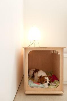 New Ideas for hidden dog crate diy bedside tables Dog Crate Table, Crate Bench, Diy Dog Crate, Small Prefab Homes, Diy Nightstand, Bedside Tables, Dog Furniture, Photo Chat, Wood Dog