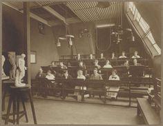 Drie rijen mensen zittend achter panelen in de Teekenschool, anoniem, 1880 - ca. 1930