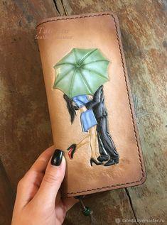 """Купить Женский кошелек """" двое под зонтом"""" """" любовь"""" - любовь, для женщин, коричневый Tandy Leather, Leather Art, Painting Leather, Custom Leather, Leather Jewelry, Leather Tassel Keychain, Handmade Leather Wallet, Leather Pouch, Leather Tooling"""