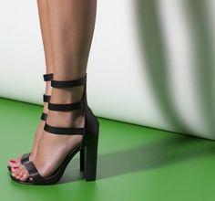 Black shoes. Blanco.