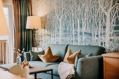 Das Schönste an unseren Zimmern und Suiten: Sie verbinden ausgesuchten Luxus mit Naturgefühl. Warme Farben und edles Design schaffen eine wohlige Atmosphäre, die uns zur Ruhe kommen lässt. Holz, Leder, Stein, Loden - die natürlichen Materialien aus unserer Heimat Salzburg - machen aus den eleganten Räumen Rückzugsorte mit Charme.