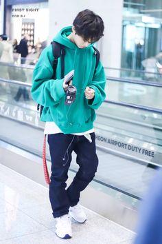 Kim Hanbin Ikon, Chanwoo Ikon, Kpop Fashion Outfits, Boy Fashion, Aesthetic Clothing Stores, Ikon Member, Devon Aoki, Rain Jacket, Bomber Jacket