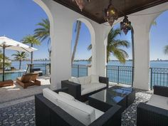 Kourtney Kardashian House Palazzo Di Mare Miami Look (5)