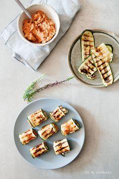 ruloniki z grillowanej cukini z pomidorowym hummusem