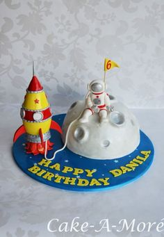 Rocket is made out rice bubbles. Rocket Birthday Parties, Robot Cake, Planet Cake, Astronaut Party, Baby Birthday Cakes, Moon Party, Science Party, Space Party, Novelty Cakes
