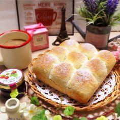 捏ねたり、長時間発酵したり…。初心者さんにとっては難易度が高そうなパン作り。少ない材料でなるべく簡単に作れるレシピがあればいいですよね!そんな思いを「ホットケーキミックス」が叶えてみせます。 Japanese Pancake, Bread Recipes, Latte, Menu, Sweets, Cooking, Breakfast, Food, Drink