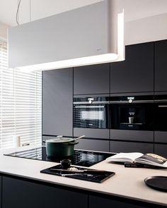 Binnenkijken in de bijna-zwarte keuken van Dora en Nick | vtwonen Kitchen Interior, Kitchen Design, Home Kitchens, Sweet Home, Kitchen Cabinets, New Homes, Minimalist, House Design, Dining