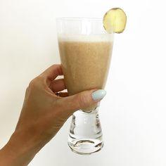 A pedidos segue a receita do suco pré-treino que mostrei hoje no #snap  Um suco funcional ideal para ser tomado antes da atividade física pois possui carboidratos de rápida digestão e especiarias que ativam o metabolismo!  INGREDIENTES: 1 Banana 1 Maçã 1 pedaço pequeno de Gengibre 1/2 colher de chá de Canela em pó 1 pitada de Noz-Moscada 1 copo de 300ml de água  MODO DE FAZER Bata todos os ingredientes do liquidificador até formar uma bebida cremosa e consistente. Coe e pronto!  Além de…