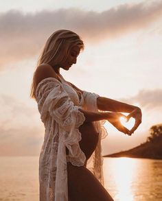 One of the most beautiful maternity pictures I've ever seen - by wearing old school Coven 💭 Beach sunset boho bohemian kimono lace baby shower pregnant pregnancy crochet photoshoot Maternity Photography Poses, Maternity Poses, Pregnancy Photography, Maternity Outfits, Boudoir Photography, Beach Maternity Pictures, Pregnancy Pictures, Pregnancy Photo Shoot, Water Maternity Photos