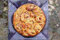 Hämmentäjä: Raparperi-mansikkabostonkakku. Rhubarb and strawberry bun cake.