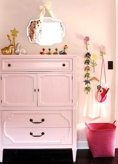 HOW GORGEOUSLY GIRLY ARE THESE ROOMS? Pretty without being too over-the-top 'princess'!