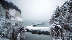 Rügens berühmte Kreideküste im Winterkleid bei Sassnitz (Mecklenburg-Vorpommern)